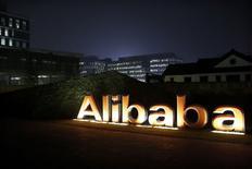 El logo del grupo Alibaba visto en el interior de su sede corporativa en Hangzhou. Imagen de archivo, 11 noviembre, 2014. El gigante chino de comercio electrónico Alibaba Group Holding Ltd recibió el jueves su primera calificación de deuda de parte de agencias internacionales de crédito después de anunciar planes para emitir notas senior no garantizadas para recaudar un monto no especificado. REUTERS/Aly Song