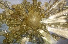 Сувениры из золота в ювелирном магазине в Аммане 12 сентября 2011 года. Цены на золото упали на 1 процент в пятницу за счет укрепления доллара и хорошей макроэкономической статистики США. REUTERS/Ali Jarekji