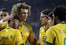 Neymar comemora gol marcado contra a Turquia com David Luiz, Filipe Luis, Oscar e Luiz Adriano, em Istambul. 12/11/2014 REUTERS/Murad Sezer