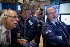 Unos operadores en la bolsa de Wall Street en Nueva York, nov 14 2014. Las acciones mostraban pocos cambios el viernes en la bolsa de Nueva York, con el promedio industrial Dow Jones y el índice S&P 500 cerca de máximos históricos, mientras los inversores evaluaban el impacto de los precios del petróleo en la economía.   REUTERS/Brendan McDermid