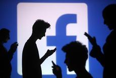 """Facebook travaille secrètement sur un nouveau site web baptisé """"Facebook at Work"""" qui permettrait aux utilisateurs de séparer leur profil privé du professionnel, selon le Financial Times. Le site sera en concurrence avec le réseau social professionnel LinkedIn et les sites sociaux de Google  et de Microsoft. /Photo prise le 29 octobre 2014/REUTERS/Dado Ruvic"""