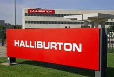 Логотип Halliburton у офиса компании в Хьюстоне, Техас, 6 апреля 2012 года. Одна из крупнейших нефтесервисных компаний мира Halliburton договорилась о приобретении конкурента Baker Hughes за $34,6 миллиарда, сообщила Halliburton в понедельник. REUTERS/Richard Carson