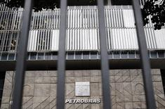 La sede central de la petrolera estatal Petrobras en Río de Janeiro, nov 14 2014. La petrolera estatal brasileña Petrobras prometió el lunes realizar una investigación completa sobre un escándalo de lavado de dinero, que ha hecho bajar sus acciones y provocado la mayor crisis para el Gobierno de la presidenta Dilma Rousseff.  REUTERS/Sergio Moraes