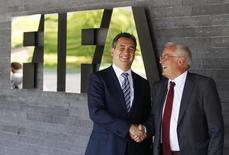 Michael Garcia e Hans-Joachim Eckert, em foto de arquivo na sede da Fifa, em Zurique. 27/07/2012 REUTERS/Michael Buholzer