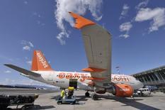 La compagnie aérienne britannique à bas coûts easyJet affiche une hausse de 21,5% de son bénéfice annuel, conformément à ses prévisions, ce qui l'amène à augmenter son dividende alors qu'elle fait état de réservations en hausse pour cet hiver. /Photo d'archives/REUTERS/Srdjan Zivulovic
