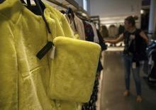 Mulher olha roupas em uma loja da marca Zara, em Madri. 12/09/2014. REUTERS/Andrea Comas