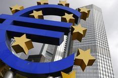 Una escultura del euro vista en las afueras del Banco Central Europeo en Frankfurt. Imagen de archivo, 26 octubre, 2014. La hoja de balance del Banco Central Europeo y de los bancos centrales nacionales de la zona euro cayó a 2,03 billones de euros en la semana al 14 de noviembre, dijo el martes el BCE. REUTERS/Ralph Orlowski