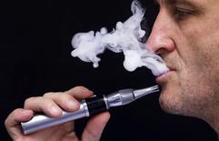 """Les dictionnaires britanniques Oxford ont élu mot de l'année 2014 le terme """"vapoter"""" (vape), qui désigne le fait d'utiliser une cigarette électronique. Il succède au """"selfie"""". /Photo d'archives/REUTERS/Régis Duvignau"""