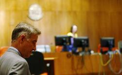 El empresario brasileño Eike Batista a su llegada a su juicio en Río de Janeiro, nov 18 2014. Eike Batista, quien fuera una vez el hombre más rico de Brasil, llegó el martes a un tribunal de Río de Janeiro para ser juzgado por cargos de uso de información privilegiada antes de la quiebra de su firma petrolera OGX, la mayor en la historia de América Latina.    REUTERS/Ricardo Moraes