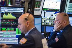 La Bourse de New York a fini en hausse, à de nouveaux records de clôture pour le Dow Jones et Standard & Poor's 500, soutenue par le secteur de la santé où le rachat d'Allergan par Actavis lundi a été bien accueilli et par l'optimisme sur l'état de l'économie mondiale.     /Photo prise le 18 novembre 2014/REUTERS/Lucas Jackson