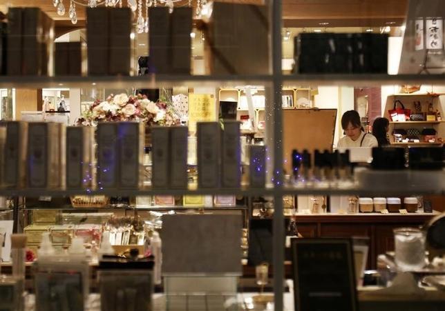 11月19日、日本百貨店協会が発表した10月の全国百貨店売上高は、店舗数調整後で前年比2.2%減の4783億円と、7カ月連続でマイナスとなった。9月撮影(2014年 ロイター/Yuya Shino)