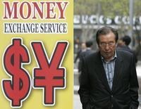 Мужчина у пункта обмена валюты в Сеуле 13 апреля 2009 года. Цены на нефть Brent держатся ниже $79 за баррель, так как Саудовская Аравия повысила экспорт нефти в сентябре, несмотря на избыток предложения на мировом рынке. REUTERS/Jo Yong-Hak