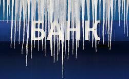 Сосульки свисают с вывески ВТБ в Москве 21 января 2013 года. Российские банки встали на пьедестал уязвимости среди семи крупнейших развивающихся рынков, по версии Standard & Poor's, которое видит в среднесрочной перспективе болезненные последствия для системы из-за санкций и падения экономики. REUTERS/Sergei Karpukhin/Files
