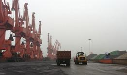 Caminhões em um local de descarga de minério de ferro no porto de Qingdao. 07/06/2014 REUTERS/Fayen Wong