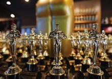 Réplicas de estatueta do Oscar à venda em loja de Hollywood. 28/02/2014  REUTERS/Mike Blake
