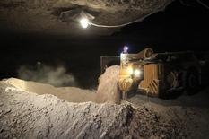 Шахта Уралкалия в Соликамске 17 марта 2011 года. Российский калийный гигант Уралкалий заверил в среду, что авария на руднике, на долю которого приходится почти пятая часть мощностей компании, не имеет катастрофических последствий и сейчас локализуется. REUTERS/Sergei Karpukhin