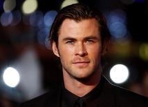 """El actor Chris Hemsworth en la premiere mundial de """"Thor : The Dark World"""" en Londres, 22 oct, 2013.  Chris Hemsworth, el actor australiano que interpreta al superhéroe """"Thor"""", fue nombrado por la revista People como el """"hombre más sexy"""" del mundo. REUTERS/Luke MacGregor"""