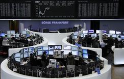 Operadores en sus estaciones de trabajo en la bolsa alemana en Fráncfort, nov 19 2014. Las acciones europeas cerraron casi sin cambios el miércoles después de tocar durante la sesión máximos de siete semanas a la par de los descensos en Wall Street, con inversores negociando con cautela a la espera de las minutas de la última reunión de política monetaria de la Reserva Federal.     REUTERS/Remote/Stringer