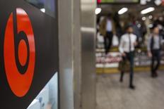 Логотип Beats в метро Нью-Йорка 29 мая 2014 года. Apple Inc встроит музыкальный сервис Beats в операционную систему iOS в начале следующего года, сообщило издание Financial Times со ссылкой на осведомленные источники. REUTERS/Lucas Jackson