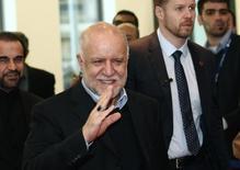 Imagen de archivo del ministro de Petróleo de Irán, Bijan Zanganeh, al llegar a una reunión con los ministros de la OPEP en Vienna. Imagen de archivo, 04 diciembre, 2013. El ministro del Petróleo de Irán dijo el jueves que mantendrá conversaciones con Arabia Saudita sobre la participación del mercado del crudo cuando los miembros de la OPEP se reúnan la próxima semana en Viena. REUTERS/Heinz-Peter Bader