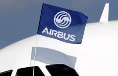 Airbus gagne 1% jeudi à la mi-séance de la Bourse de Paris. Le groupe a remporté auprès de Delta Air Lines une commande portant sur 50 Airbus gros porteurs de l'avionneur européen, représentant quelque 14 milliards de dollars sur la base des prix catalogue.   /Photo d'archives/REUTERS/Régis Duvignau