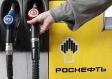 Un surtidor en una gasolinera de Rosneft en St.Petersburgo, Rusia, oct 23 2012. Rusia puede hacer poco por apuntalar los débiles precios globales del petróleo aunque la OPEP así lo quiera. Los pozos rusos se congelarán si dejan de producir crudo y el país no puede almacenar la producción que normalmente exportaría.   REUTERS/Alexander Demianchuk