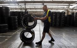 Michelin a inauguré mercredi une nouvelle usine en Caroline du Sud, aux Etats-Unis, qui sera dédiée à la production de son pneu X Tweel, premier pneumatique sans air. /Photo d'archives/REUTERS/Régis Duvignau