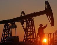 Станок-качалка на Мамонтовском нефтяном месторождении 18 декабря 2004 года. Цена нефти может упасть до $60 за баррель, если страны ОПЕК не договорятся о значительном снижении добычи на совещании в Вене в четверг, предполагают участники рынка. REUTERS/Sergei Karpukhin