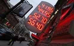 Табло с курсами валют в Санкт-Петербурге 5 ноября 2014 года. Восстановление валютного курса рубля, отвоевавшего несколько процентов после девальвации, не завершено, сказал министр экономики Алексей Улюкаев. REUTERS/Alexander Demianchuk