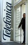Un hombre deja un edificio de Telefónica en Barcelona. Imagen de archivo, 12 noviembre, 2014. Telefónica está sondeando una alianza estratégica con British Telecom (BT) para crear un gigante europeo de las telecomuncaciones, dijo el lunes un medio citando a fuentes de la operadora española. REUTERS/Albert Gea