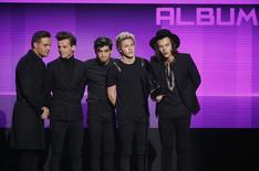 Banda One Direction recebe o prêmio de melhor álbum de pop/rock no American Music Awards, em Los Angeles, Califórnia. 23/11/2014.  REUTERS/Mario Anzuoni
