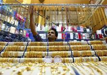 Ювелирный магазин в Дубае 17 апреля 2013 года. Цены на золото стабильны в районе $1.200 за унцию после небольшого снижения накануне под влиянием валютного рынка и накануне референдума в Швейцарии о золотых запасах центробанка. REUTERS/Jumana El Heloueh