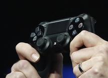 Sony a présenté mardi un plan de redressement pour les trois prochaines années dans lequel il mise sur la Playstation 4 (PS4) et l'activité de capteurs photos pour accroître ses ventes, alors que des coupes sont attendues dans les gammes de téléviseurs et de téléphones mobiles. /Photo d'archives/REUTERS