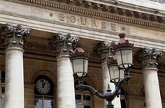 La Bourse de Paris est orientée à la hausse à la mi-journée, soutenue par les valeurs bancaires et par les espoirs de certains investisseurs de voir la Banque centrale européenne, lancer un programme d'assouplissement quantitatif (QE), avant la réunion la semaine prochaine de la BCE. A 12h48, l'indice CAC 40 gagne 0,6%. /Photo d'archives/REUTERS/John Schults