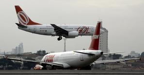 Airbus A320 da TAM manobra enquanto Boeing 737 da Gol pousa em Congonhas. 27/07/2007 REUTERS/Rickey Rogers