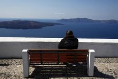 L'île de Santorin. Fraport et l'énergéticien grec Copezoulos ont soumis l'offre la plus élevée pour la location-gestion de 14 des 39 aéroports régionaux grecs. Ils ont proposé 1,23 milliard d'euros pour ces terminaux desservant quelques-unes des destinations touristiques les plus prisées telles que Rhodes, Corfou, Mykonos et Santorin. /Photo d'archives/REUTERS/Yannis Behrakis
