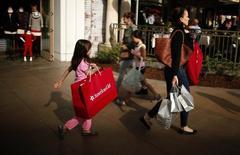 La confiance du consommateur américain est tombée en novembre à son plus bas niveau depuis le mois de juin, reflétant une perte d'optimisme sur les perspectives à court terme pour les entreprises et le marché de l'emploi. /Photo d'archives/REUTERS/Lucy Nicholson