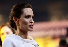 "Angelina Jolie posa para foto na pré-estreia de ""Invencível"", em Londres.   REUTERS/Paul Hackett"