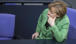 """L'Allemagne instaurera un quota de 30% de femmes au sein des conseils de surveillance de ses plus grandes entreprises cotées à partir de 2016. La décision a été prise par les trois partis de la """"grande coalition"""" dirigée par Angela Merkel au pouvoir depuis 2013 - CDU, CSU, SPD.. /Photo prise le 25 novembre 2014/REUTERS/Hannibal Hanschke"""