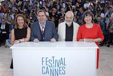"""Diretor Mike Leigh e atores Dorothy Atkinson, Timothy Spall e Marion Bailey posam para foto em evento de divulgação de """"Mr. Turner"""" no Festival de Cannes. 15/05/2014 REUTERS/Benoit Tessier"""