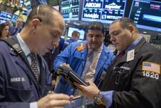 Unos operadores en la bolsa de Wall Street en Nueva York, nov 14 2014. Las acciones operaban el miércoles con pocos cambios en la apertura en la bolsa de Nueva York, debido a que las ganancias en los sectores defensivos y de alto rendimiento eran contrarrestadas por la caída de los papeles de las firmas de energía.  REUTERS/Brendan McDermid