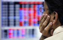 Трейдер брокерской конторы в Бомбее 7 марта 2008 года. Инвестирующие в развивающиеся рынки хедж-фонды зафиксировали сильное падение в этом году, и только Индия остаётся светлым пятном. REUTERS/Arko Datta