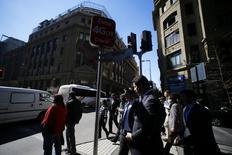 Personas pasan por un sector comercial en el centro de Santiago. Imagen de archivo, 25 agosto, 2014. El desempleo en Chile cayó sorpresivamente a 6,4 por ciento en el trimestre móvil agosto-octubre, en contraste con el alza que esperaba el mercado ante la desaceleración de la actividad económica, reportó el viernes una agencia gubernamental. REUTERS/Ivan Alvarado