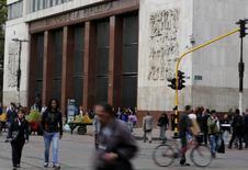 El Banco Central de Colombia en Bogotá, ago 20 2014. El Banco Central de Colombia dejó el viernes inalterada su tasa de interés en 4,5 por ciento, en línea con lo esperado por el mercado, debido a que se mantiene la incertidumbre sobre el impacto de la caída del precio del petróleo sobre la actividad económica.  REUTERS/John Vizcaino