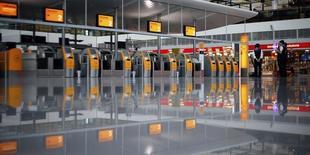 Le syndicat VC des pilotes allemands appelle à la grève lundi et mardi sur les vols de la compagnie Lufthansa, les négociations sur l'âge de départ à la retraite ayant été rompues. /Photo d'archives/REUTERS/Michael Dalder
