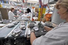 L'activité dans le secteur manufacturier s'est contractée pour le septième mois consécutif en novembre en France, à un rythme proche de celui d'octobre, sous l'effet notamment d'un recul des nouvelles commandes. /Photo d'archives/REUTERS/Srdjan Zivulovic
