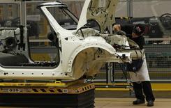 Un empleado trabaja en un automóbil en una planta de BMW en Oxford, en el sur de Inglaterra. Imagen de archivo, 18 noviembre, 2013.  La actividad manufacturera británica tomó inesperadamente un poco de velocidad en noviembre, luego de que la demanda interna compensara una caída de las exportaciones por una reducción en las órdenes de países de la zona euro y de mercados emergentes, mostró el lunes un sondeo. REUTERS/Suzanne Plunkett