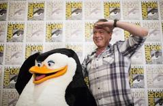 """Ator Tom McGrath, que dupla o pinguim """"Capitão"""", posa com boneco do personagem na Comic-Con International Convention, em San Diego. 24/07/2014  REUTERS/Mario Anzuoni"""