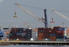Una serie de contenedores apilados en el puerto de Santos, Brasil, feb 22 2013. Brasil registró un déficit comercial de 2.350 millones de dólares en noviembre, su tercer mes seguido de balanza en rojo, mostraron el lunes datos del Gobierno. REUTERS/Paulo Whitaker