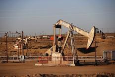 Un campo petrolero es visto durante el amanecer cerca de Bakersfield. Imagen de archivo, 14 octubre, 2014. Las exportaciones de crudo estadounidense al mercado asiático están frenándose pocos meses después de haber comenzado, lo que es una clara señal de que la estrategia agresiva de los productores petroleros del Golfo Pérsico para defender su participación de mercado está dando frutos. REUTERS/Lucy Nicholson